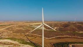 Vogelperspektive von Windparks auf Hügeln Stockbilder
