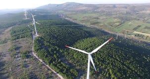 Vogelperspektive von Windstromgeneratoren stock video