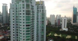 Vogelperspektive von Wohnungstürmen in Jakarta-Stadt stock video footage