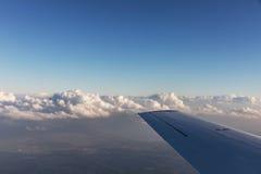 Vogelperspektive von Wolken beleuchtete durch die Abendsonne über Florida, Ansicht von den Flugzeugen während des Fluges Lizenzfreie Stockfotos