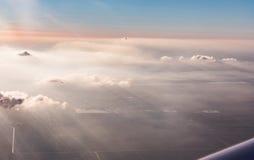 Vogelperspektive von Wolken beleuchtete durch die Abendsonne über Florida, Ansicht von den Flugzeugen während des Fluges Lizenzfreies Stockfoto