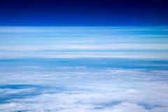 Vogelperspektive von Wolken und von blauem Himmel beim Fliegen auf Flugzeuge stockfotografie