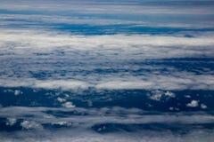 Vogelperspektive von Wolken und von blauem Himmel beim Fliegen auf Flugzeuge stockfoto