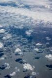 Vogelperspektive von Wolken und von blauem Himmel beim Fliegen auf Flugzeuge stockfotos