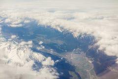 Vogelperspektive von Wolken und von Dorflandschaft Erde vom Flugzeug lizenzfreie stockfotos