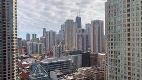 Vogelperspektive von Wolkenkratzern in den Fluss-Norden- und Gold Coast-Bereichen von Chicago stock video footage