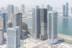 Vogelperspektive von Wolkenkratzern in Scharjah, UAE Lizenzfreie Stockfotos