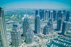 Vogelperspektive von Wolkenkratzern und von Dubai-Jachthafen lizenzfreie stockfotografie