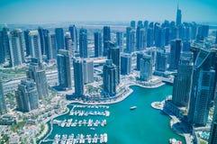 Vogelperspektive von Wolkenkratzern und von Dubai-Jachthafen stockbilder
