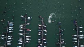 Vogelperspektive von Yachten und von kleinen Booten in Pattaya, Thailand stock video