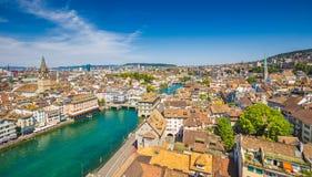 Vogelperspektive von Zürich mit Fluss Limmat, die Schweiz lizenzfreie stockfotografie