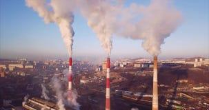 Vogelperspektive von Zentralheizungs- und Kraftwerkkaminen mit Dampf SONNENAUFGANG stock video