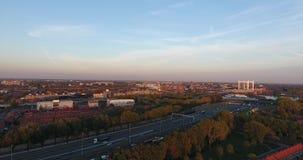 Vogelperspektive von zwinjdrecht Stadt, Herbstsaison, Sonnenuntergang stock footage