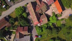 Vogelperspektive wenigen Dorfs Breitenbach in Vosges-Bergen, Elsass stock video
