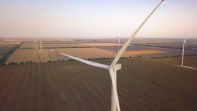 Vogelperspektive-Windkraftanlage, Windmühlen auf Windparkfeld Windmühlengrasbauernhof, nachhaltige Entwicklung, erneuerbare Energ stock video