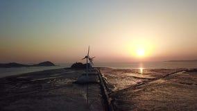 Vogelperspektive-Windkraftanlagen bei Sonnenuntergang, Daebudo-Insel, Südkorea stock video footage