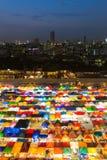 Vogelperspektive-Wochenendenmarkt in der Stadt im Stadtzentrum gelegen nachts Stockbild