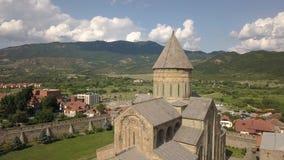 Vogelperspektive zu berühmter orthodoxer Kathedrale und zur historischen und touristischen Stadt Mtskheta Svetitskhoveli, nahe Ti stock video