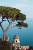 Vogelperspektive zu den Altbauten über dem Meer in Ravello, Amalfi-Küste, Italien Stockbild
