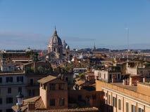 Vogelperspektive zu den alten Gebäuden und zu den schmalen Straßen in Rom, Italien Lizenzfreies Stockbild