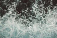 Vogelperspektive zu den Meereswogen Hintergrund des blauen Wassers stockfoto