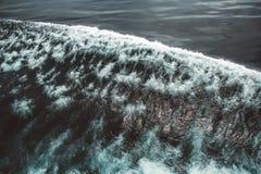 Vogelperspektive zu den Meereswogen Hintergrund des blauen Wassers lizenzfreies stockfoto