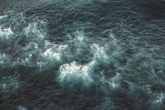 Vogelperspektive zu den Meereswogen Hintergrund des blauen Wassers stockbilder