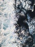 Vogelperspektive zu den Meereswogen Hintergrund des blauen Wassers lizenzfreies stockbild