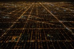Vogelperspektive zu Nachtstadt Chicago-Straßen Stockfotos