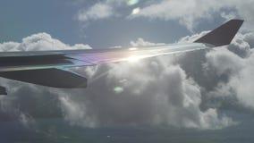 Vogelperspektive zum Flügel eines Flugzeuges und zu den Strahlen der Sonne Gesamtlängenvideo der Kumuluswolken im auf Lager stock video footage