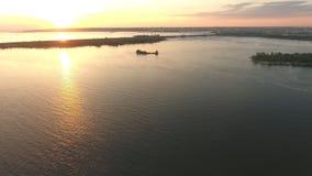 Vogelperspektive zum Fluss stock video