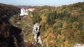 Vogelperspektive zum historischen Schloss Pieskowa Skala nahe Krakau in Polen stock video