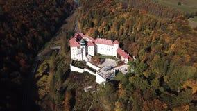 Vogelperspektive zum historischen Schloss Pieskowa Skala nahe Krakau in Polen stock footage