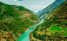 Vogelperspektive, zum von Bergen mit Fluss zu verlassen Lizenzfreie Stockbilder