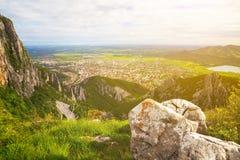Vogelperspektive zur Stadt von Vratsa, Bulgarien stockbilder