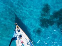 Vogelperspektive zur Yacht im tiefen blauen Meer Brummenphotographie Lizenzfreie Stockfotos