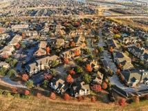 Vogelperspektiveappartementkomplex und -ausbreitung mit Herbstlaub nahe Dallas, Texas stockfoto