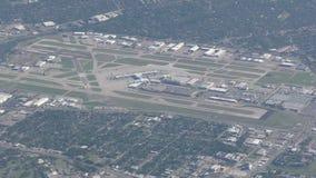 Vogelperspektiveflughafen in Dallas stock video footage