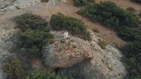 Vogelperspektivefrau, die bei Sonnenuntergang meditiert stock video