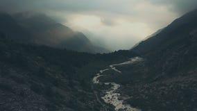 Vogelperspektivegebirgslandschaft Wandergruppe, die auf Gebirgspfad geht stockfotos