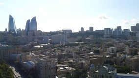 Vogelperspektiveküstenlinie von Baku mit mit zahlreichen modernen hohen Gebäuden stock video footage