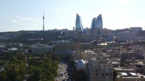 Vogelperspektiveküstenlinie von Baku mit mit zahlreichen modernen hohen Gebäuden stock footage