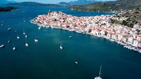 Vogelperspektivelandschaft des Hafens in Poros-Insel, Ägäisches Meer stock footage