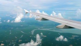 Vogelperspektivelandschaft von absteigendem Flugzeug stock video