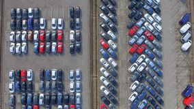 Vogelperspektivelos Fahrzeuge auf Parken für Neuwagen stock video footage