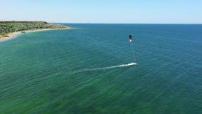 Vogelperspektivemanndrachen, der in Türkismeer surft Brummenansicht fliegender ove Drachensurfer Drachensurfer, der haarscharfes  stock footage
