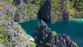 Vogelperspektiven auf schönen Smaragddoppellagunen und Booten in Coron-Insel, Palawan, Philippinen stock video footage