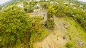 Vogelperspektiven die Ruinen von Cagsawa-Kirche, Berg Mayon zeigend, das im Hintergrund ausbricht Cagsawa-Kirche philippinen lizenzfreie stockfotos