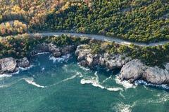 Vogelperspektiven Küstenlinie des umgebender Acadia-Nationalparks, Maine im Herbst Lizenzfreies Stockbild