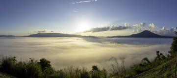 Vogelperspektivepanorama-Landschaftssonnenaufgang nebelig in den Bergen von Kha lizenzfreie stockfotografie